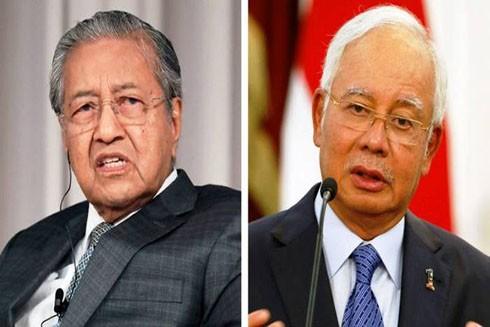Thủ tướng Najib Razak (phải) và cựu Thủ tướng Mahathir Mohamad (trái) trong cuộc bầu cử năm 2018 (Nguồn: Reuters)