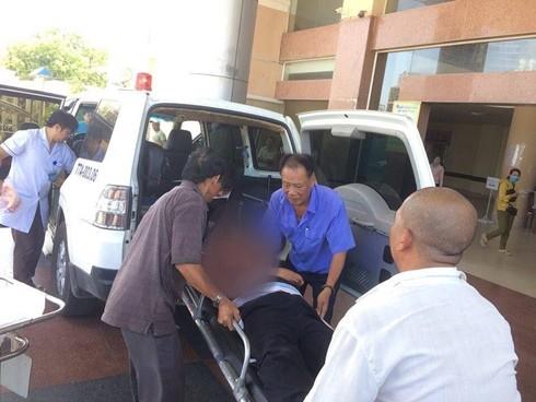 Những người có mặt ở hiện trường đưa người bị thương đi cấp cứu. Ảnh Nguyễn Lâm