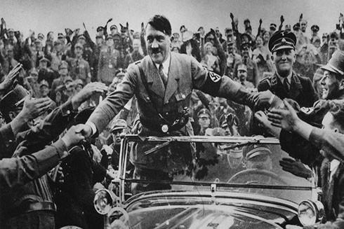 Đám đông người dân ủng hộ Hitler năm 1933 (Nguồn: AP)