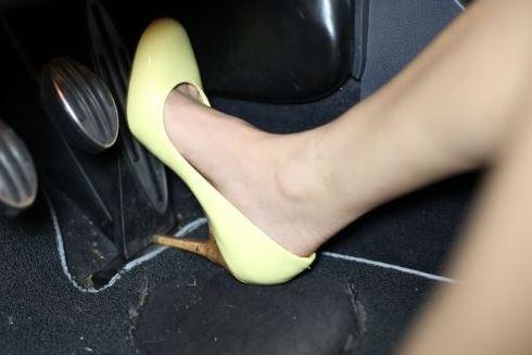 Làm cách nào để tránh đạp nhầm chân ga với chân phanh khi lái ô tô? ảnh 2