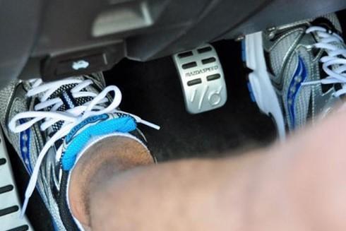 Làm cách nào để tránh đạp nhầm chân ga với chân phanh khi lái ô tô? ảnh 3