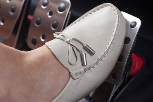 Làm cách nào để tránh đạp nhầm chân ga với chân phanh khi lái ô tô? ảnh 5