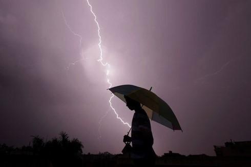 Ô có chứa kim loại nên cầm ô đi giữa trời giông dễ bị sét đánh