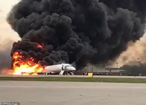 Máy bay Sukhoi Superjet-100 bốc cháy sau pha hạ cánh hỏng