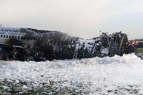 Thảm kịch máy bay Nga: Một hành khách cố lấy hành lý, chặn đường thoát hiểm