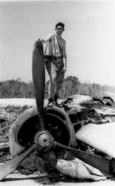 Binh sỹ Cuba đứng trên một chiếc máy bay ném bom B-26 của Mỹ bị bắn hạ sau khi cuộc tấn công lật đổ bị ngăn chặn (Nguồn: Reuters)