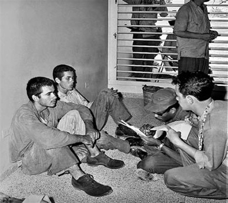 Các binh sỹ Cuba thẩm vấn những người lưu vong (do Mỹ hậu thuẫn) bị bắt (Nguồn: Reuters)