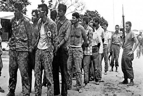 Những tay súng của phe đảo chính bị bắt giữ sau cuộc xâm lược bất thành (Nguồn: Getty)
