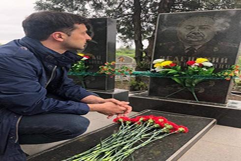 Tổng thống đắc cử Ukraine V.Zelensky viếng mộ ông nội, người hùng trong cuộc Chiến tranh vệ quốc vĩ đại (1941-1945) (Nguồn: Facebook)