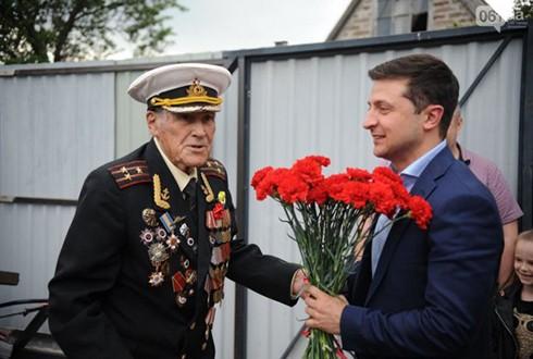 Tổng thống Ukraine Zelensky tặng hoa các cựu binh ngày 9-5-2019 (Nguồn: Vesti)