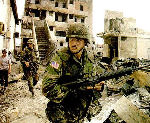 Binh lính Mỹ đang tìm kiếm tướng Noriega (Nguồn: Reuters)