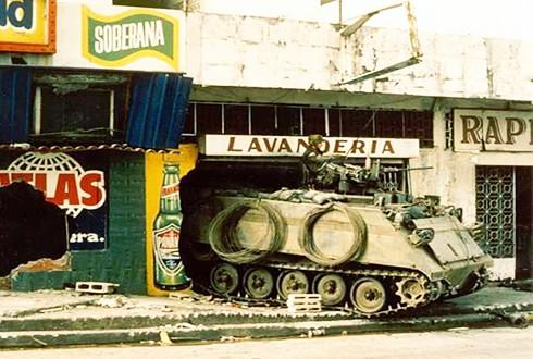 Xe bọc thép Mỹ đột kích bộ chỉ huy Lực lượng phòng vệ Panama năm 1989 (Nguồn: Reuters)