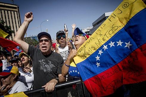 Những người biểu tình đường phố phản đối Tống thống N. Maduro (Nguồn: TASS)