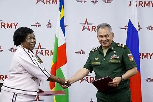 Bộ trưởng Quốc phòng Cộng hòa Trung Phi và Nga ký kết thỏa thuận tăng cường hợp tác quân sự song phương
