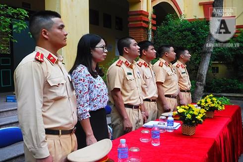 Các cán bộ, chiến sĩ Công an quận Hai Bà Trưng tham gia tuyên truyền ATGT tại Trường THCS Vân Hồ
