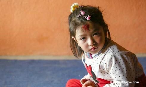 Nihira Bajracharya trước khi chính thức trở thành thánh nữ của Patan. (Ảnh: OnlineKhabar)