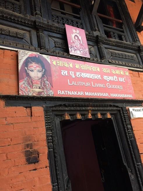 """Lối vào """"nhà"""" nữ thần tại tu viện Hakha Bahal rất dễ nhận ra"""