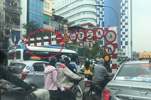 Xe khách do lái xe N.Q.Đ điều khiển, vi phạm biển cấm, di chuyển lên cầu vượt Thái Hà