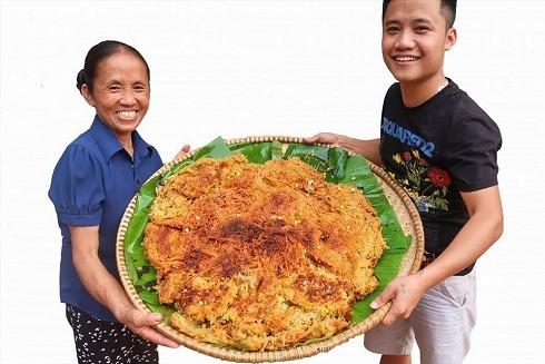 """Bà Tân cùng cậu con trai xuất hiện trong vlog với các món ăn """"khổng lồ"""" thu hút hàng triệu lượt xem"""