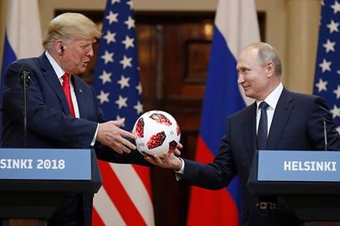 Quả bóng World Cup là quà xã giao của Tổng thống Nga V. Putin dành tặng Tổng thống Mỹ D.Trump tại cuộc gặp thượng đỉnh Nga-Mỹ tại Helsinki (Phần Lan, 7-2018)