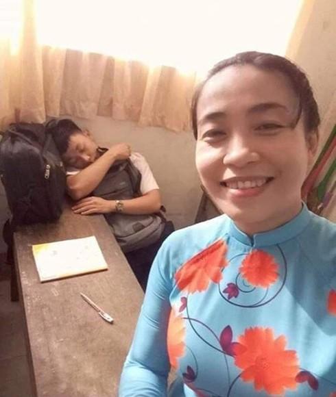 Cô giáo tươi cười selfie bên cạnh học sinh nam ngủ gật