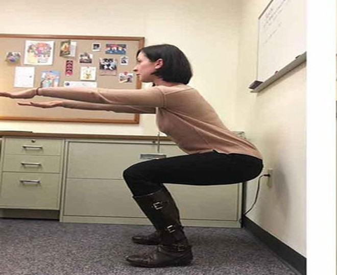 Vừa squat vừa giải toán vì không làm bài tập về nhà. Ảnh minh họa