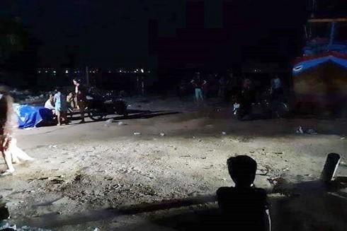 Nơi đưa thi thể nạn nhân vào bờ sau vụ lật ghe đánh cá ở huyện Vạn Ninh, Khánh Hòa. (Ảnh: Viết Hảo/ Dân trí)