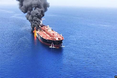 Một tàu chở dầu đang bốc cháy trên vịnh Oman hôm 13-6-2019. (Nguồn: AP)