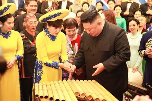 Chủ tịch Triều Tiên Kim Jong-un chơi thử đàn bầu trong Hội nghị Thượng đỉnh Mỹ-Triều lần 2 ở Việt Nam