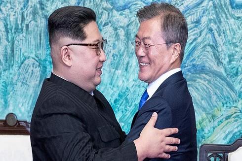 Lãnh đạo Triều Tiên Kim Jong-un (trái) và Tổng thống Hàn Quốc Moon Jae-in tại cuộc thượng đỉnh ngày 27-4-2018. (Nguồn: Reuters)