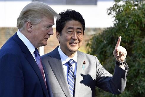 Tổng thống Mỹ D. Trump thăm Nhật Bản trong bối cảnh hai trụ cột chính là an ninh và thương mại trong chính sách châu Á của Mỹ có nguy cơ lung lay. (Nguồn: AP)