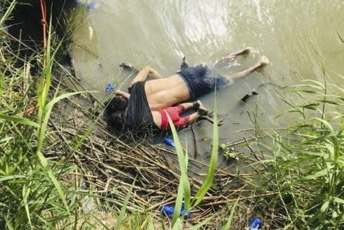 Hình ảnh thi thể anh Martinez và bé Valeria 23 tháng tuổi được tìm thấy bên bờ sông Rio Grande ngày 24 tháng 6 năm 2019