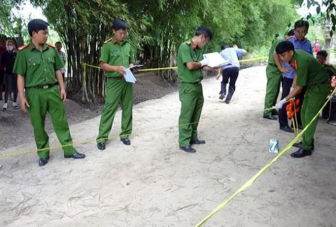 Cảnh sát khám nghiệm hiện trường vụ án mạng hôm 24/6. Ảnh: Hồng Tuyết.