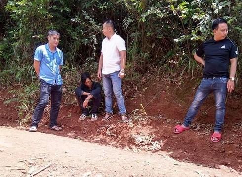 Đối tượng Dũng (đang ngồi) bị bắt giữ sau khi dùng dao cướp tài sản tài xế taxi (Ảnh: Dương Phong/Dân Trí)