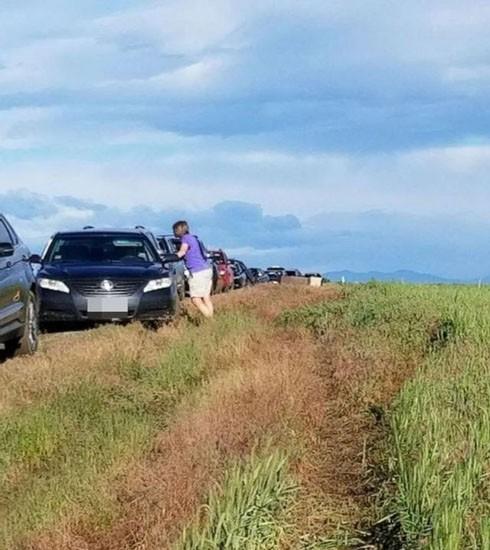 Tin theo Google Maps, nhiều lái xe mắc kẹt giữa đường đất lầy lội. Ảnh: CNN.
