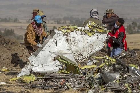 Hiện trường vụ rơi máy bay của hãng hàng không Ethiopian Airlines – Nguồn: DW