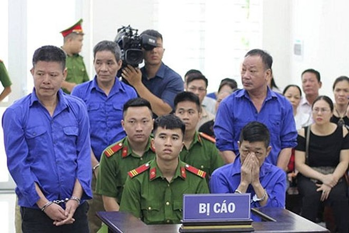 """Nguyễn Kim Hưng (tức Hưng """"kính, ngồi ôm mặt tại phiên tòa"""
