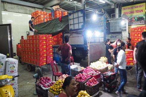 Tiểu thương chợ Long Biên phải nộp nhiều khoản tiền phi lý (Ảnh: Tuổi trẻ)