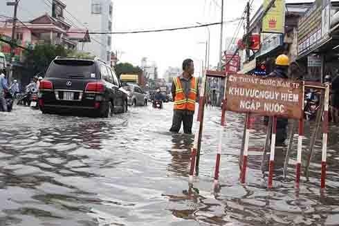 Mưa ngập trên đường phố TP.HCM (Ảnh: Vietnamnet)