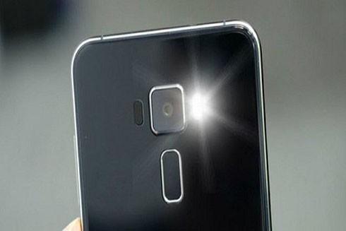 Dùng đèn flash của máy điện thoại để phát hiện camera quay lén (Ảnh minh họa)