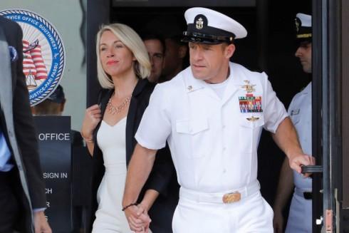 Eddie Gallagher và vợ trước phiên xử với cáo buộc đâm một phiến binh ISIS bị thương cho đến chết