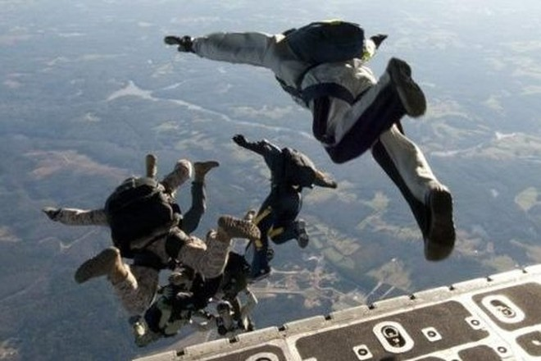 Nhóm biệt kích SEAL đổ bộ đường không