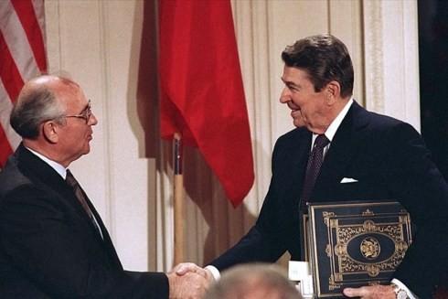 Tổng thống Mỹ Ronald Reagan (bên phải) bắt tay với nhà lãnh đạo Liên Xô Mikhail Gorbachev sau khi ký Hiệp ước Lực lượng hạt nhân tầm trung (INF) tại Nhà Trắng, Washington, Mỹ năm 1987 (Ảnh AP)