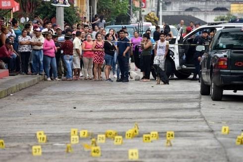 Người dân vây quanh hiện trường một vụ xả súng ở Veracruz. Mexico đang vật lộn với tỷ lệ giết người kỷ lục (Ảnh Reuters)