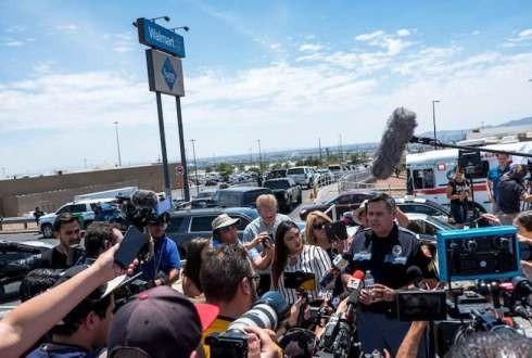 Cảnh sát trả lời các phương tiện truyền thông tại El Paso, nơi xảy ra vụ nổ súng