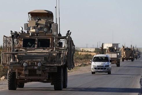 Một đoàn xe của quân đội Mỹ chạy dọc theo một con đường dẫn ra tiền tuyến với Thổ Nhĩ Kỳ hậu thuẫn ở phía bắc Syria (Ảnh AP)