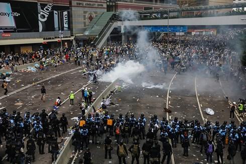 Biểu tình ở Hồng Kông đã biến thành bạo lực khi những người biểu tình đụng độ dữ dội với cảnh sát