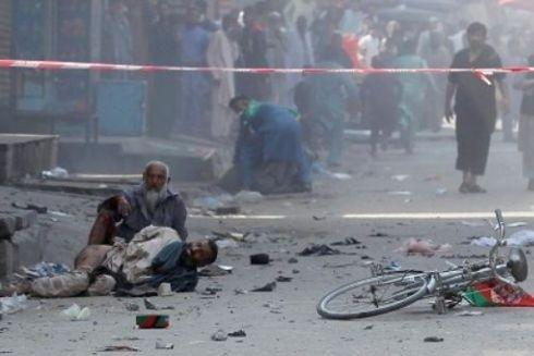 Hiện trường vụ nổ tại thành phố Jalalabad vào ngày Quốc khánh Afghanistan 19-8 ( Ảnh Reuters)