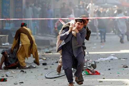 Người dân giúp đưa những người bị thương vào bệnh viện sau hàng loạt vụ nổ xảy ra tại thành phố Jalalabad, Afghanistan vào ngày 19-8 (Ảnh Reuters)