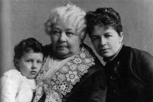 Chân dung Elizabeth Cady Stanton (ở giữa, đang bế đứa nhỏ) và Susan B. Anthony (bên phải)